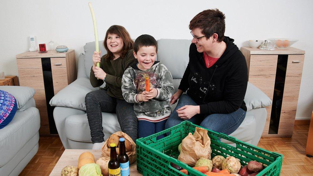 Gaëlle Berlani (à gauche) et ses enfants Auriane et Ianis préfèrent les légumes du marché à ceux des grandes surfaces.