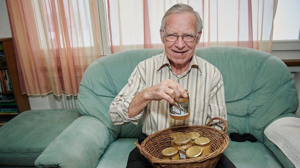 Passionné d'apiculture, Gérard Python est ravi d'avoir pu soigner sa brûlure au pied avec le miel qu'il produit à Montezillon.