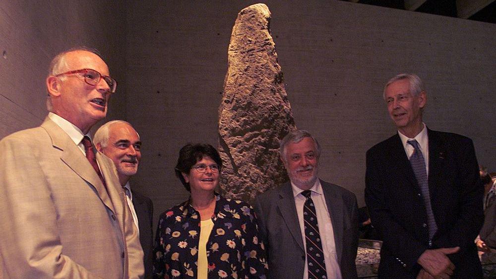 De gauche a droite, Michel Egloff, directeur du musée, le conseiller d'Etat Thierry Béguin, la conseillère fédérale Ruth Dreifuss et les scientifiques Yves Coppens et Jacques Piccard lors de l'inauguration du Laténium le 7 septembre 2001.