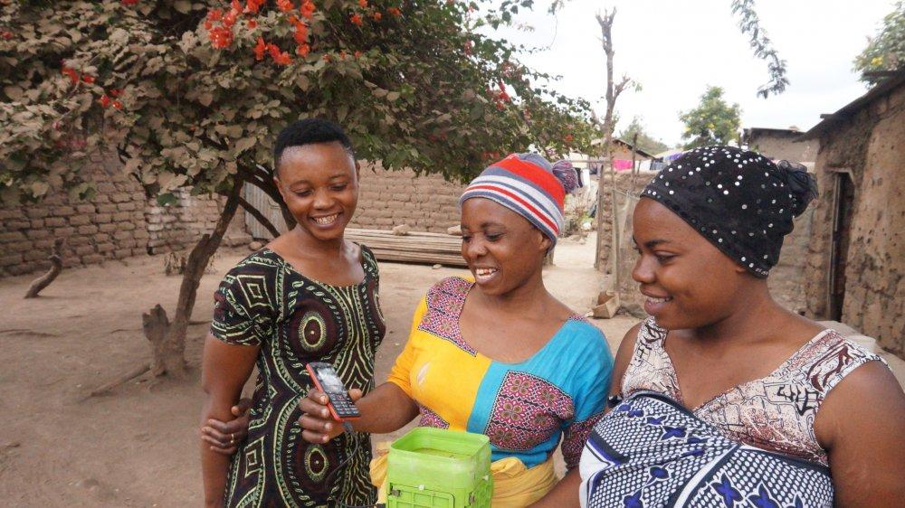 Des femmes testent la batterie hiLyte dans un village de Tanzanie, en 2018.