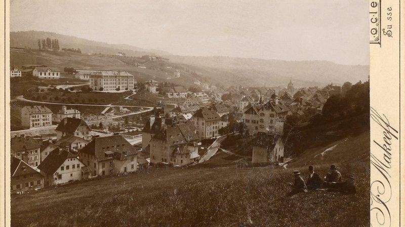 Le Locle vu du Nord, photo prise entre 1895 et 1899. Sur le flanc sud, le Nouveau collège, construit entre 1873 et 1876.