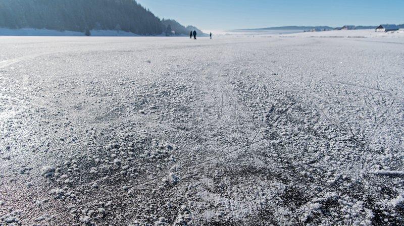 Cela fait déjà un moment que le lac des Taillères n'est plus praticable en patins (ici en janvier 2017). Maintenant, il vaut même mieux ne plus y marcher.