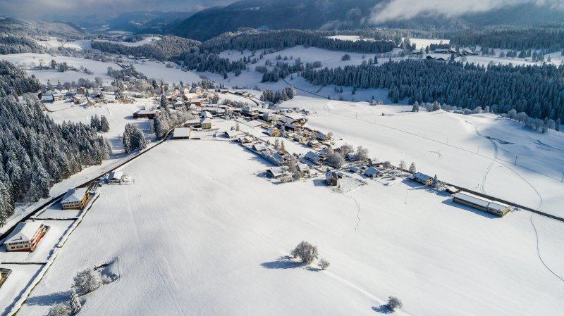 Vue aérienne du village de La Côte-aux-Fées