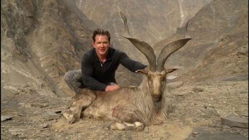 Le chasseur américain pose, tout sourire, au côté de l'imposant markhor abattu pour la somme record de 110'000 dollars au Pakistan.
