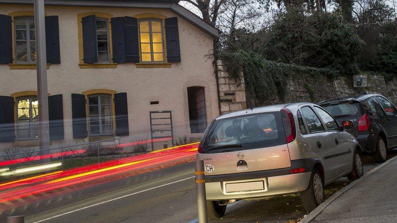 Plusieurs mesures de sécurité sont nécessaires en cas de parcage dans une rue présentant une forte déclivité.