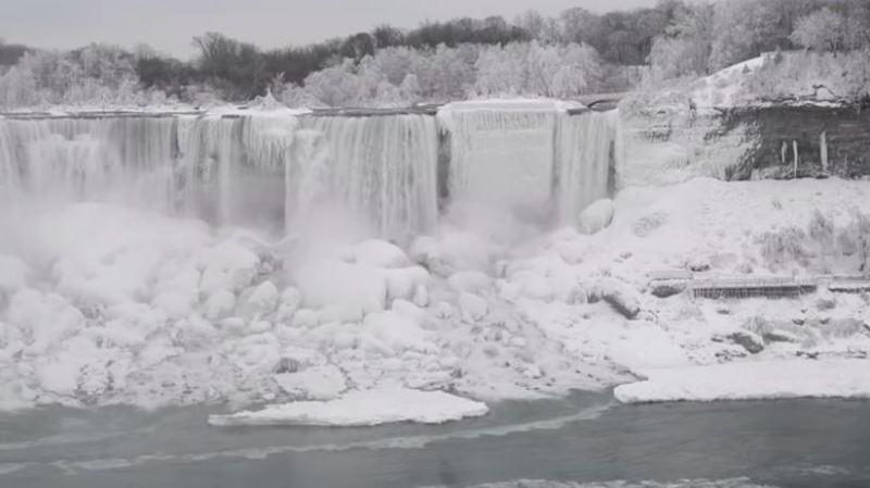Les chutes du Niagara sont immaculées et en partie gelées.