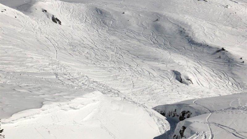 Skiant en dehors des pistes, un Américain de 32 ans a chuté dans un creux sur le territoire de la commune de Ruschein.