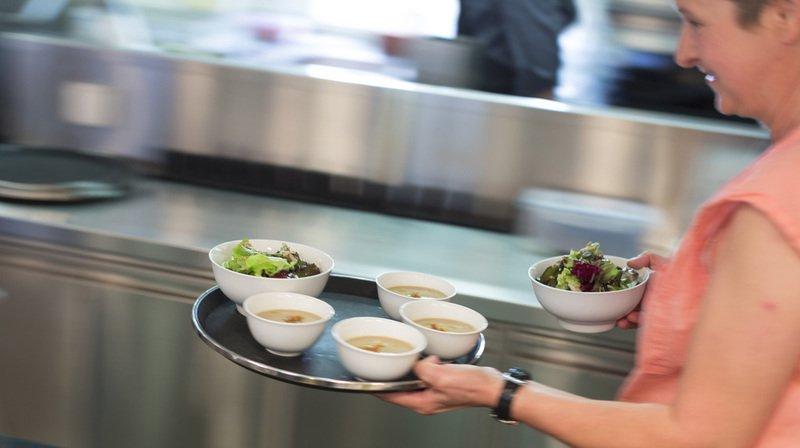 La semaine de travail passera à sept jours pour le personnel affecté au service à la clientèle dans les hôtels, restaurants et cafés. (Archives)