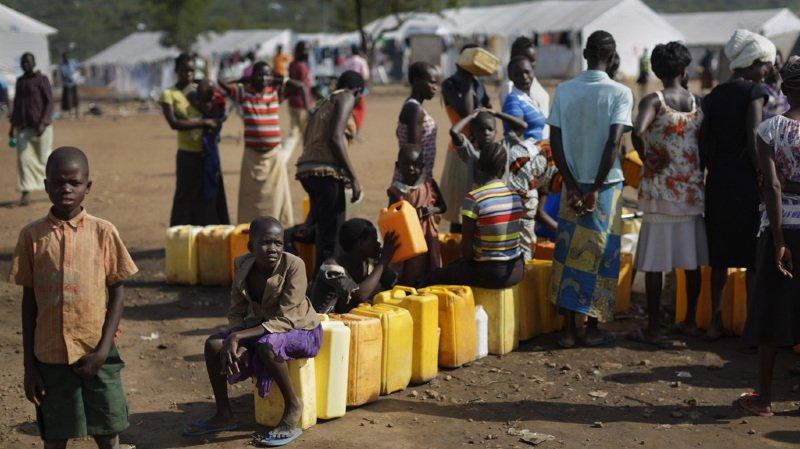 Des réfugiés font la queue afin d'obtenir de l'eau dans le camp de Bidibidi, en juin 2017.