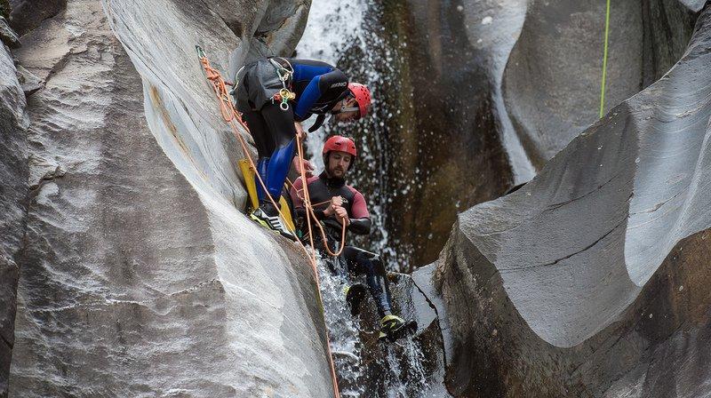 Le canyoning (photo), tout comme le rafting, les sorties à skis, snowboards, miniskis ou raquettes, le ski hors piste, les parcours de via ferrata ou encore le saut à l'élastique sont concernés.