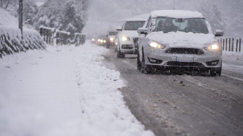 Météo: routes fermées, trains en retard et matchs reportés, la neige sème la pagaille en Suisse