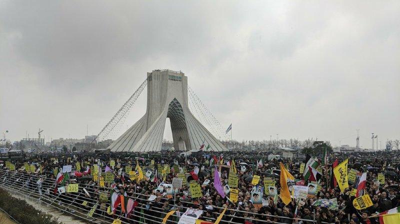 La foule agite de nombreux drapeaux vert, blanc et rouge, les couleurs nationales, et brandit des pancartes avec des slogans contre les États-Unis ou Israël.