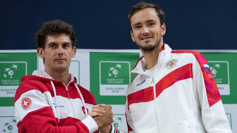 Henri Laaksonen (à gauche) va devoir sortir le grand jeu face au Russe Daniil Medvedev.