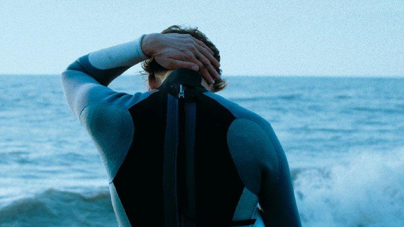 Le spectacle est ponctué de projections pour raconter la mort  d'un jeune surfeur de 19 ans.