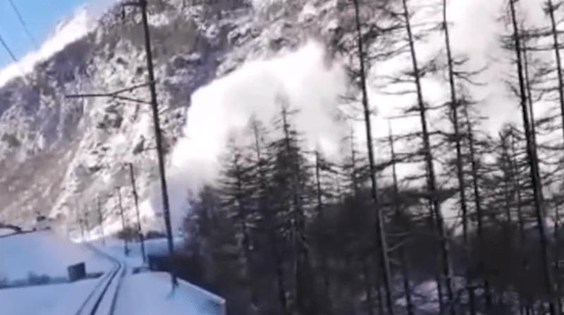 Un chauffeur de train d'une rame de la Matterhorn-Gotthard Bahn a stoppé son convoi pour laisser passer une avalanche.