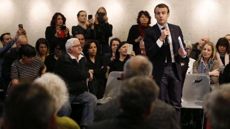 Le président Emmanuel Macron débat avec des citoyens.