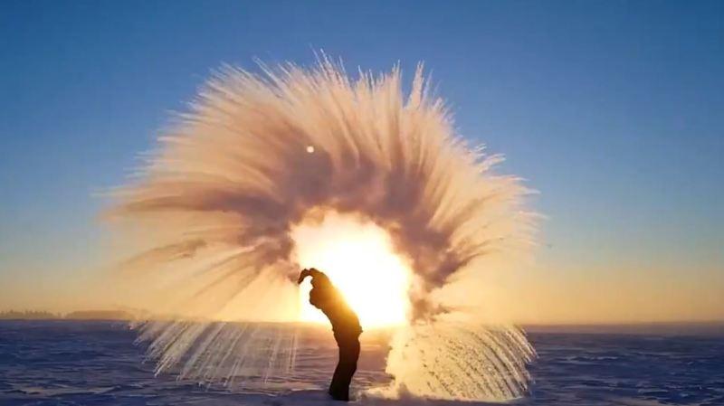 Canada: par -40°C, il fait si froid que l'eau bouillante sortie du thermos gèle instantanément