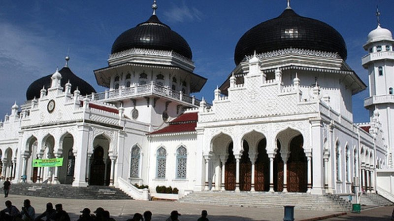 Le couple a été flagellé sous l'oeil de centaines de spectateurs devant une mosquée de Banda Aceh.