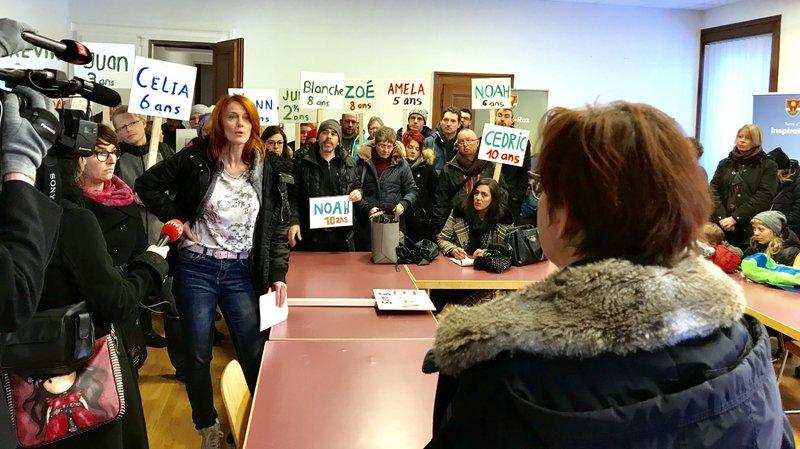 De nombreux parents ont affiché leur soutien à l'aide de pancartes.