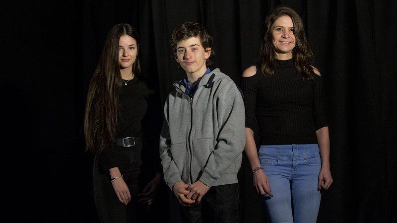 Maria Nora, 17 ans, Michaël, 14 ans, et Daniela, 31 ans (de gauche à droite), ont témoigné sur scène avant le spectacle «Le voyage fabulé».