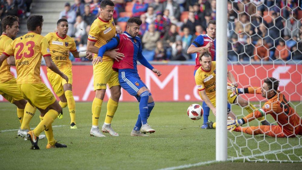 Plusieurs Neuchâtelois entourent le Bâlois Albian Ajeti lors du premier match à Bâle, où Neuchâtel Xamax FCS avait récolté un point (1-1) en évoluant avec cinq défenseurs.