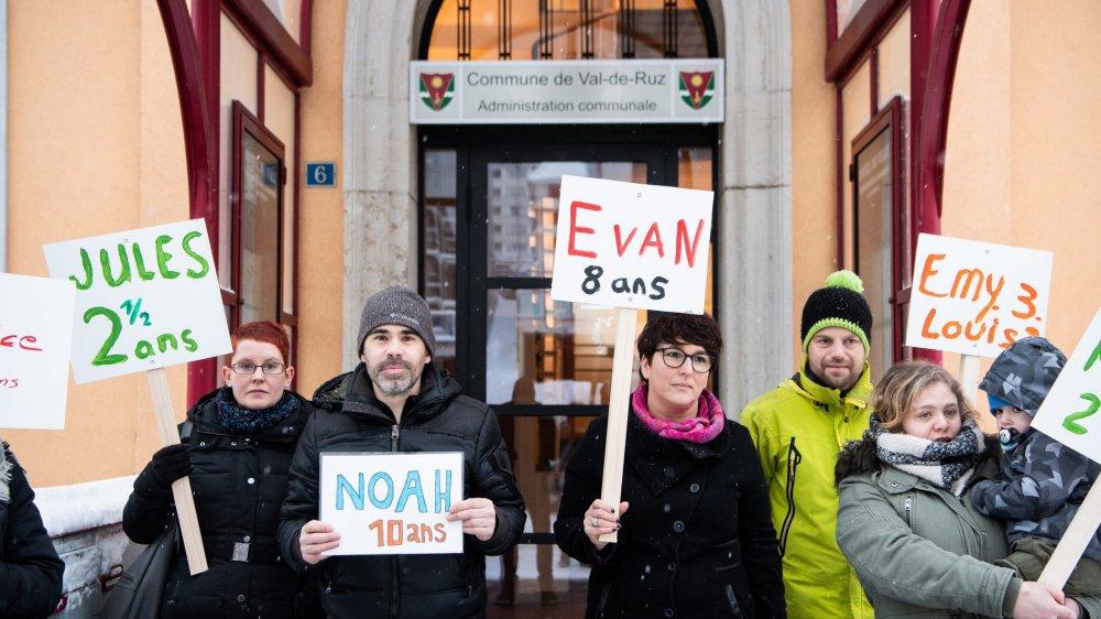 De nombreux parents ont manifesté leur soutien à la responsable de la structure d'accueil non déclarée à Savagnier. Certains cherchent toujours une solution pour leurs enfants.