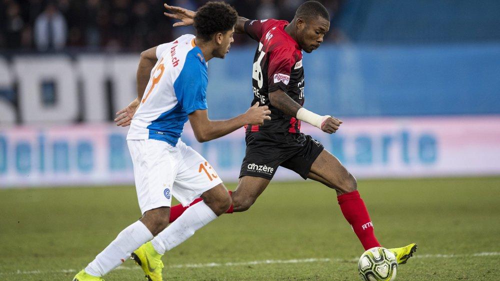 Geoffroy Serey Die (à droite) devance  Anthony Goelzer de Grasshopper. L'Ivoirien a réalisé un grand match à Zurich.  (KEYSTONE/Ennio Leanza)