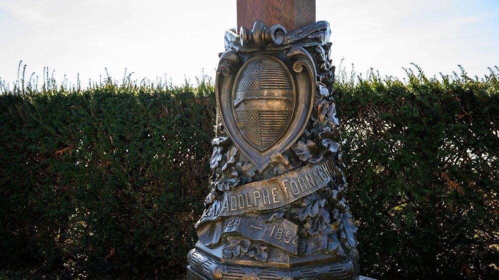La statue consacrée à Adolphe Fornachon au cimetière de Peseux.