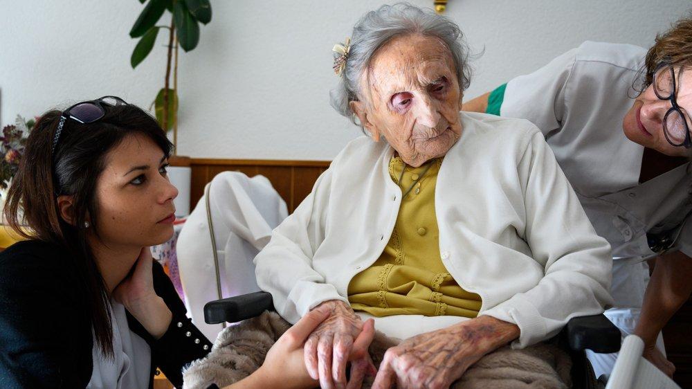 Le personnel du home Clairval est aux petits soins pour Nelly Perrenoud.