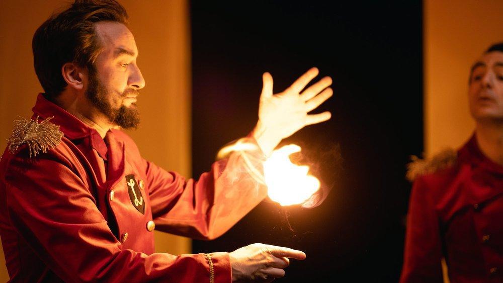 Pour sa dernière création, Comiqu'opéra a choisi de mêler l'art lyrique, le cirque, la magie et le théâtre.