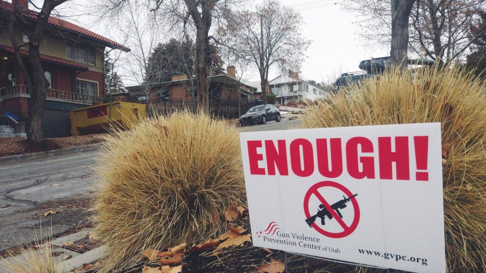 Dans certains quartiers de Salt Lake City, de nombreux habitants n'hésitent pas à afficher, avec des pancartes, leur soutien à une plus grande régulation des armes à feu.