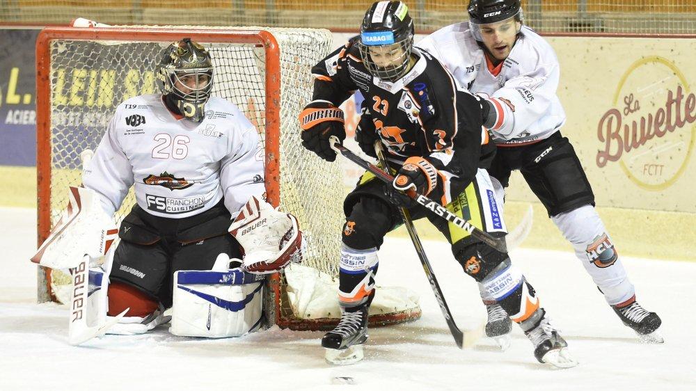 Antoine Todeschini (à gauche) réussit à faire douter les attaquants du HC Tramelan (ici Emeric Thomet).