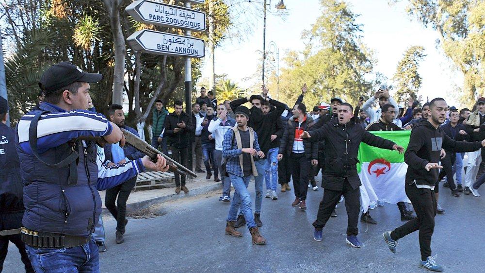 Manifestants et policiers se sont affrontés à Alger.
