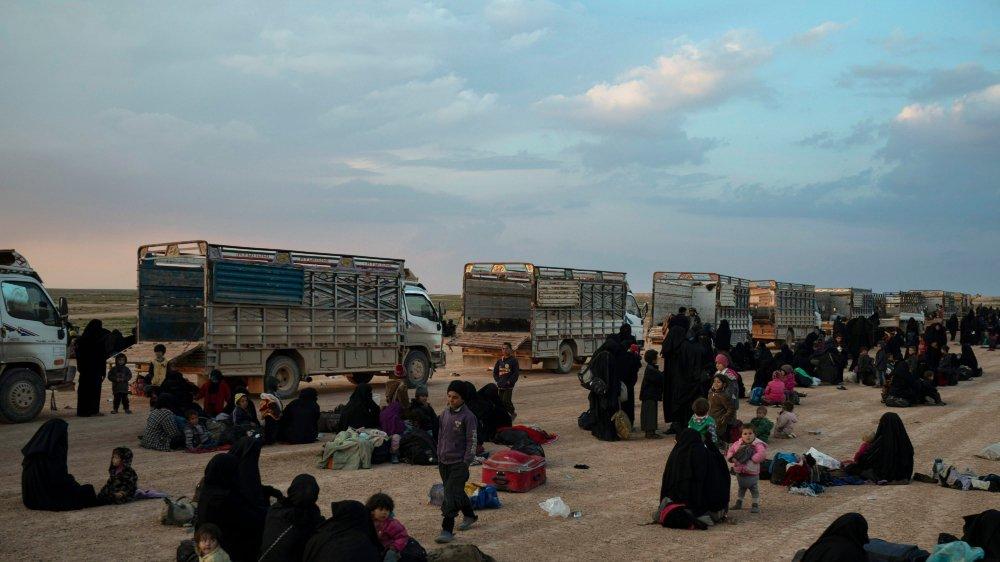 Près du village de Baghouz, dans l'est syrien, dernier réduit de l'Etat  islamique, des camions ont évacué des civils.