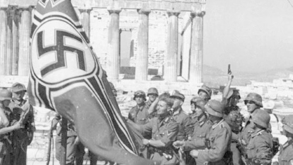 Soldats allemands hissant les couleurs devant le Parthénon, en 1941, sur l'Acropole, à Athènes. Une photo de propagande du IIIe Reich.