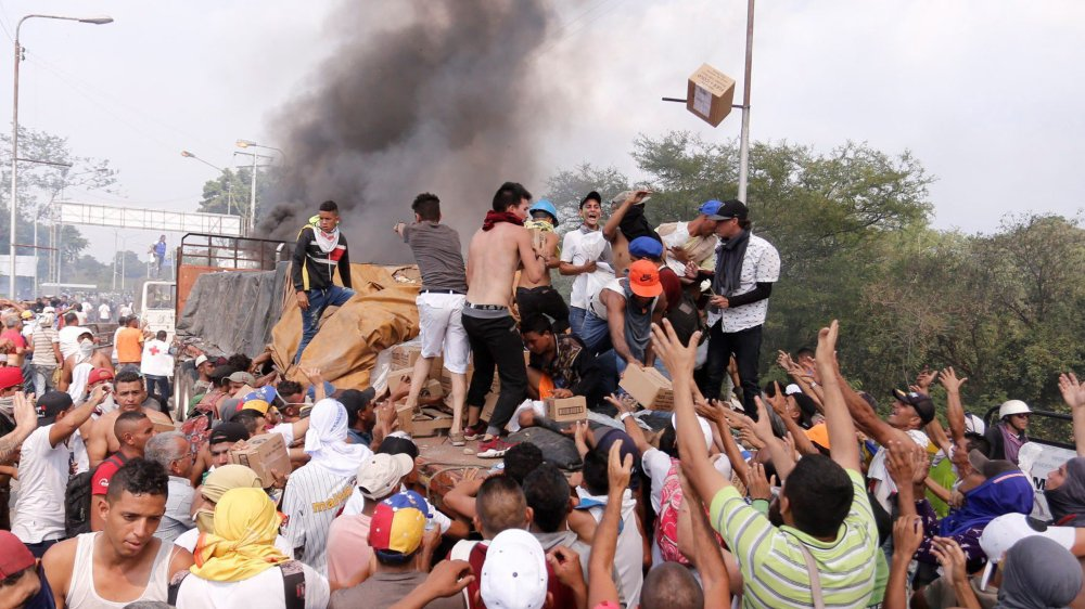 Samedi, à la frontière avec la Colombie, des camions transportant de l'aide humanitaire ont été incendiés par des groupes commandités par le régime vénézuélien.