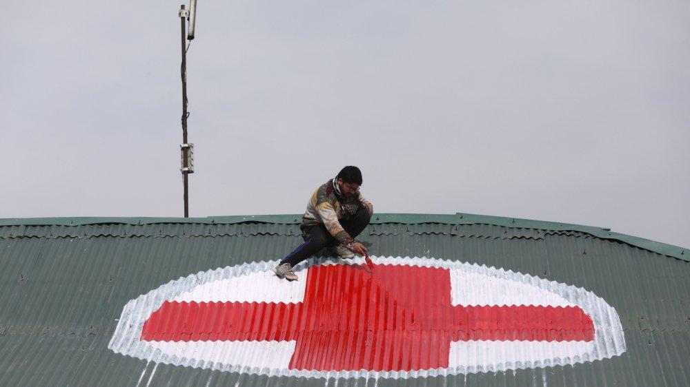 Pour signaler, vu du ciel, l'emplacement d'un hôpital, ce Cachemiri peint sur le toit  de l'établissement une grosse croix rouge. Nous sommes  à Srinagar, la capitale estivale  du Cachemire indien.