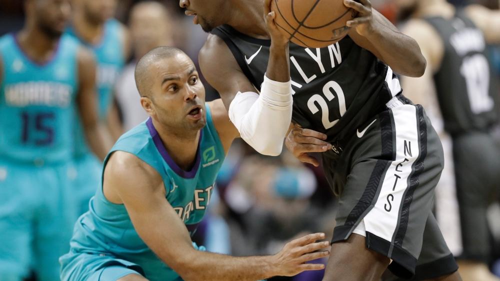 Tony Parker (à gauche) joue toujours en NBA, avec les Charlotte Hornets.
