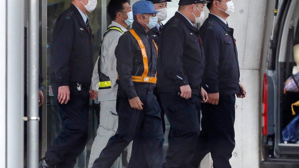 Casquette bleue et masque blanc, Carlos Ghosn a quitté la prison  de Tokyo hier.