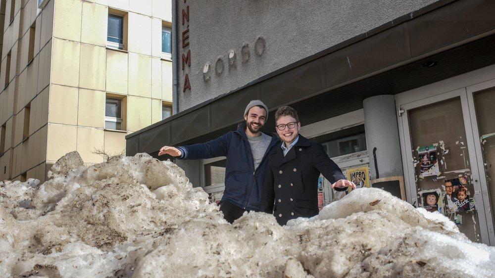 Le grimpeur jurassien Xavier Fürst (à g.), futur gérant du centre de grimpe Corso 2020, et le président de Métanoïa Adam Alami commencent par se mouiller sur un talus de neige devant l'ancien cinéma.