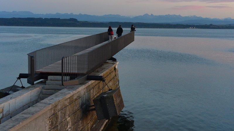 Neuchâtel: blessé après s'être suspendu à la passerelle de l'Utopie pour un selfie