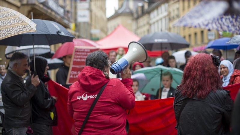 La hausse des primes d'assurance maladie et la baisse du nombre de bénéficiaires de subsides fait réagir. Ici une manifestation à Neuchâtel.