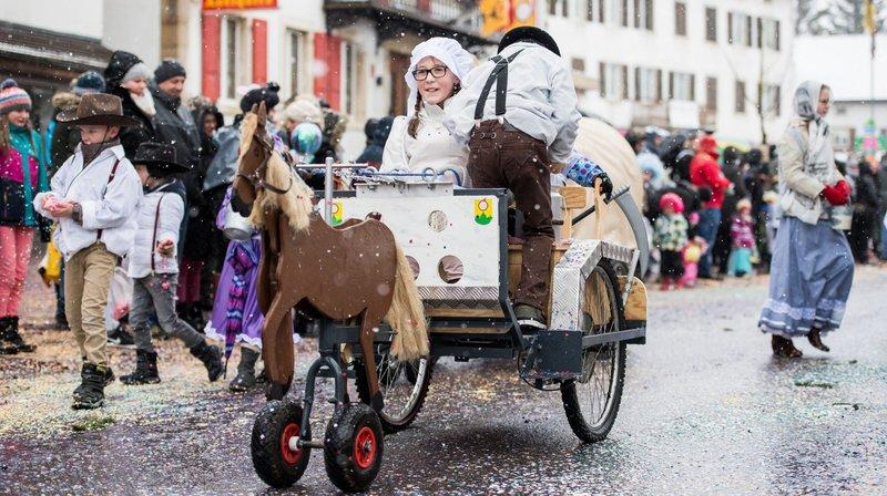 Le grand cortège, temps fort du carnaval des Franches-Montagnes.