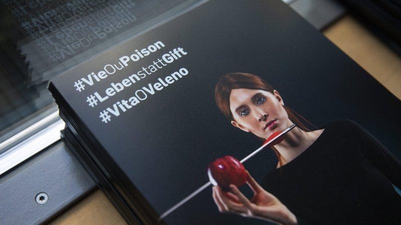 La brochure #VieOuPoison de l'initiative populaire, présentée lors de la conférence de presse ce lundi.