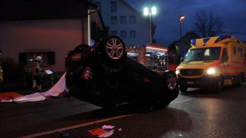Accident spectaculaire: un automobiliste blessé à la sortie d'un giratoire à Breitenbach (SO)