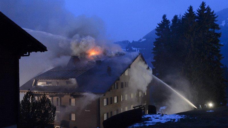 Les pompiers ont maîtrisé l'incendie après une heure et l'ont l'empêché de se propager aux immeubles voisins.