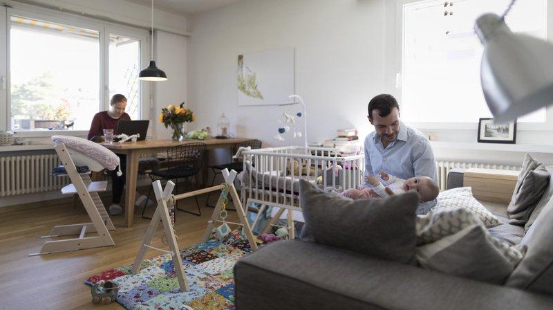 La part des couples avec enfants est la plus importante en Suisse romande (48%) et la Suisse italienne présente la plus forte proportion de ménages monoparentaux (14%).