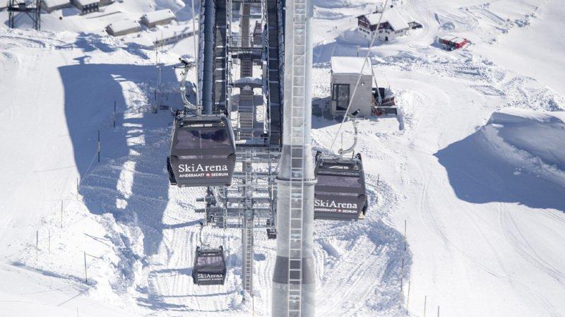 Pour une raison inconnue, l'adolescent est entré en collision avec un groupe de huit élèves de l'école de ski qui étaient arrêtés sur le bord de la piste. (illustration)