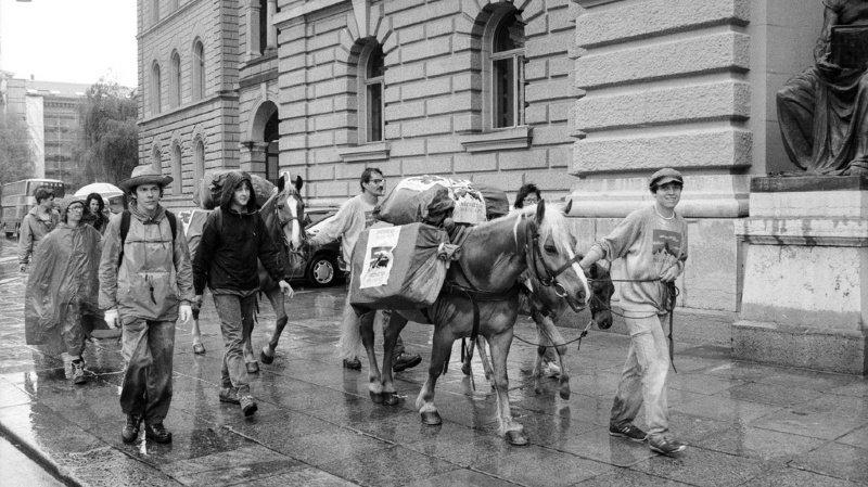 Le 12 mai 1990, 109,433 signatures sont acheminées à travers les Alpes jusqu'à Berne, à dos de mulets. 4 ans plus tard, les Suisses disaient oui.