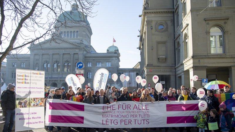 Plusieurs associations étaient réunies jeudi matin sur la place fédérale à Berne.